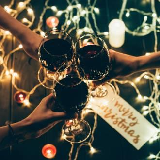 Kerstsfeer - Rode wijn met kerstverlichting
